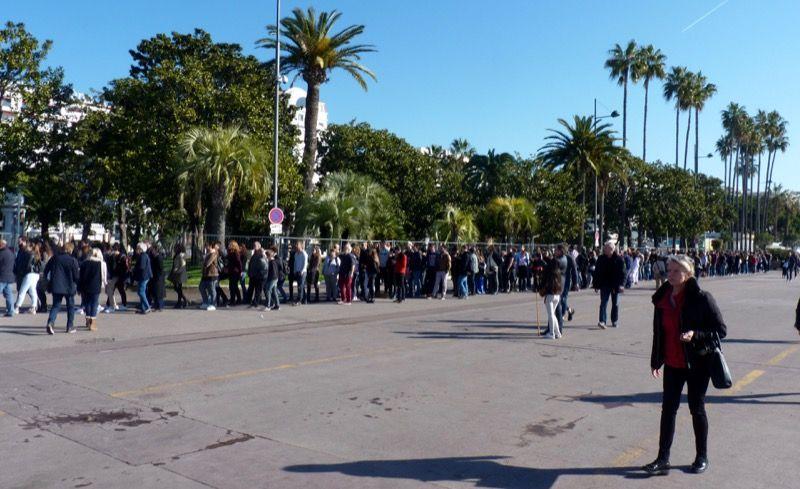 Aux abords du palais des festivals, on voit tout de suite qu'on est samedi matin...