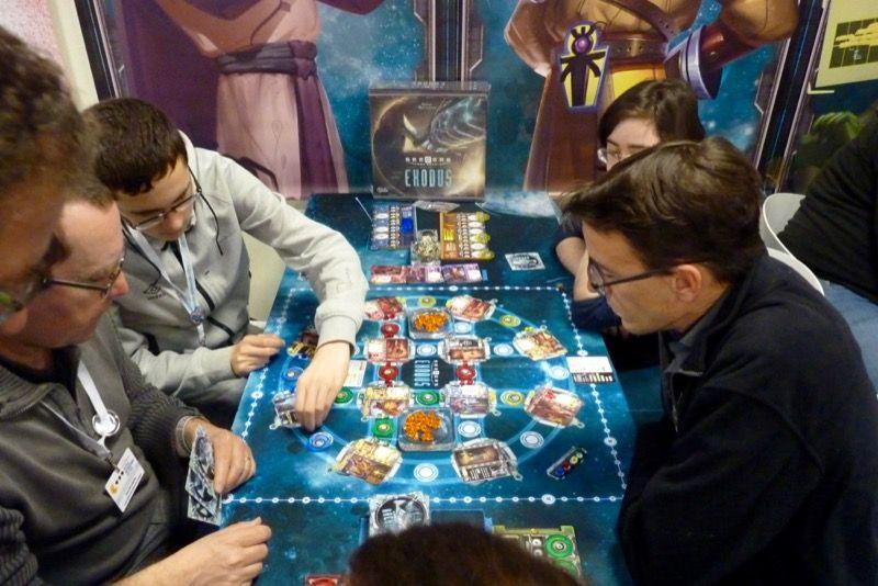 Arrivé plus tôt, Nico s'est trouvé une petite place sur une table de Seeders : Exodus le futur jeu de chez Sweet Games.