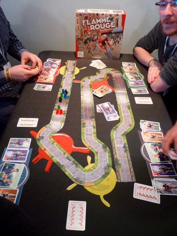 Une table de Flamme rouge, un jeu de Asger Harding Granerud et édité chez Lautapelit et qui sera distribué par Gigamic (on garde les mêmes illustrations).