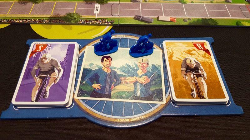 Mon plateau de jeu personnel. Oui je joue avec les bleus !!! Un paquet de cartes pour chaque coureur.