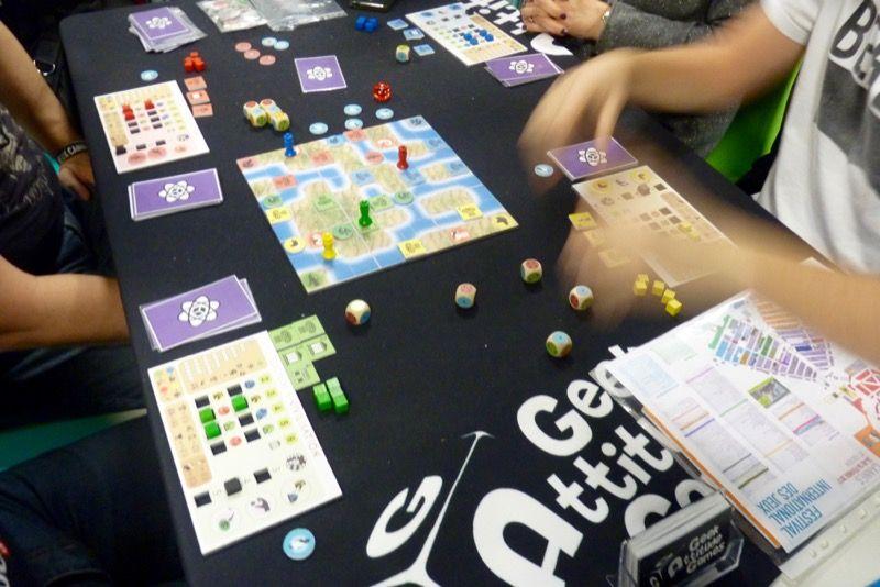 Dicium a pour objectif de présenter aux joueurs 4 jeux tous différents mais basés sur la même mécanique de lancement de dés le tout dans la même boite.