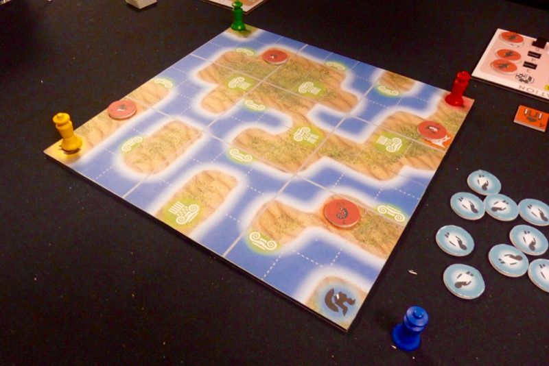 Le plateau de jeu central avec les 4 pions qui démarrent aux angles.