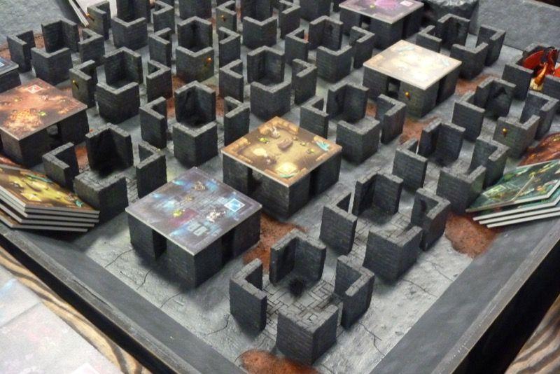 Installé à l'angle de son stand, Ilopeli attire les joueurs avec ce matos.