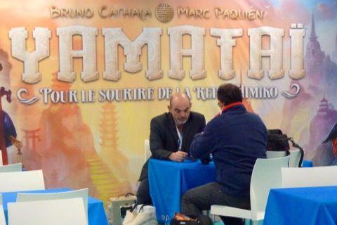 En face dans la zone d'Asmodée le stand Days Of Wonder avec Bruno Cathala, déjà en interview, pour son dernier jeu Yamataï.