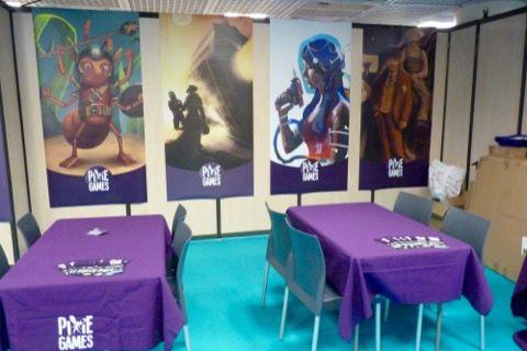 Beau stand pour une première avec des belles affiches et plein de tables...