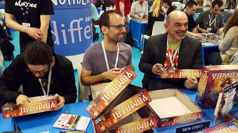 Marc Paquien, ravi de se retrouver en train de dédicacer son premier jeu édité, accompagné à gauche de l'illustrateur Jérémy Fleury et à droite un certain Bruno Cathala.