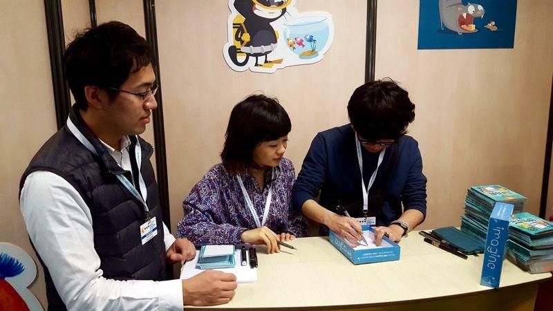 J'enchaine avec le stand Cocktail Games pour une dédicace des auteurs japonais d'Imagine. Première venue en France pour ces derniers, après leur ovation pendant la cérémonie on sent qu'ils sont heureu