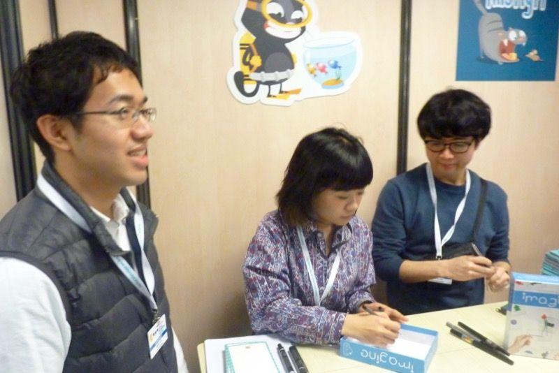 Hiromi, Shingo, Shotaro et Shintaro se plient avec le sourire à la traditionnelle séance de dédicaces.