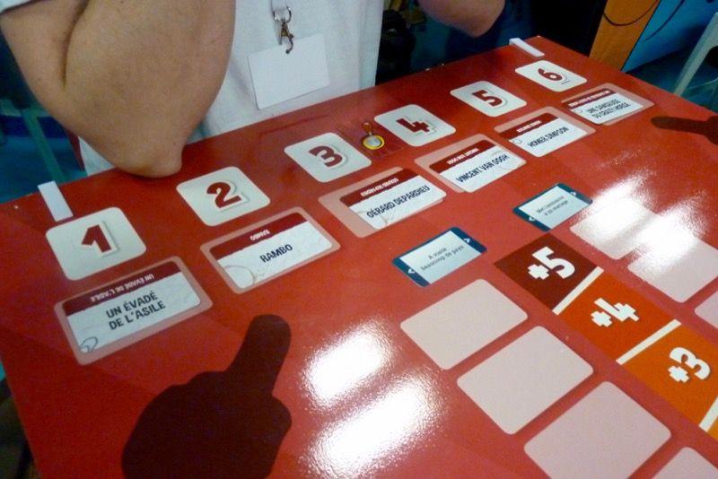 Une table se libère enfin (dure d'en trouver une vide pendant les 3 jours) et on en profite pour jouer à ce nouveau party Game.