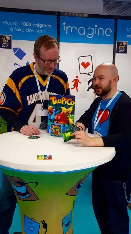 Tiens encore Eric martin qui tourne ses petites video pour BGG sur le stand de Cocktail Games avec le jeu Tropico que lui présente Miguel.