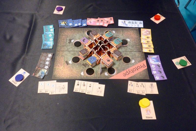 Le jeu est basé sur la mécanique de Play Jeju son jeu paru chez Happy Baobab.