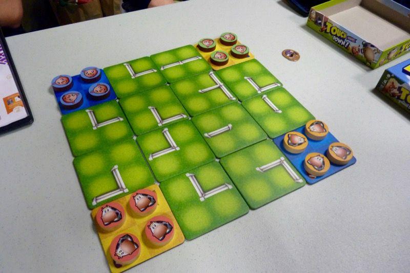 On joue ici un 2 contre 2 avec des animaux. Il s'agit d'amener ses 4 pions à l'opposé en diagonale sur le principe des dames chinoises.