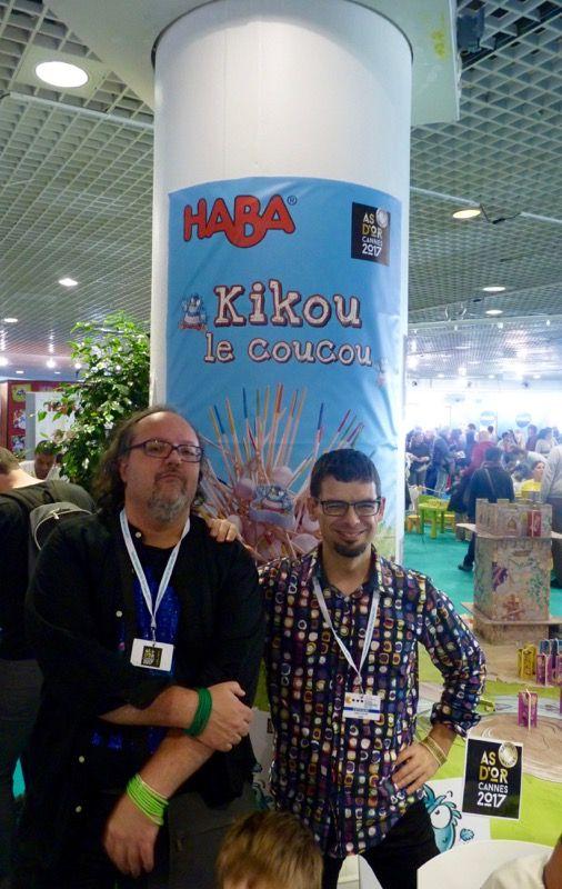 La photo du salon !!! On échange avec les catalans Josep M. Allué et Víktor Bautista i Rocales, les auteurs du jeu qui savourent encore leur victoire.