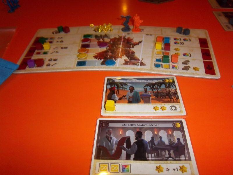 Tableau d'action en haut et deux cartes du jeu.