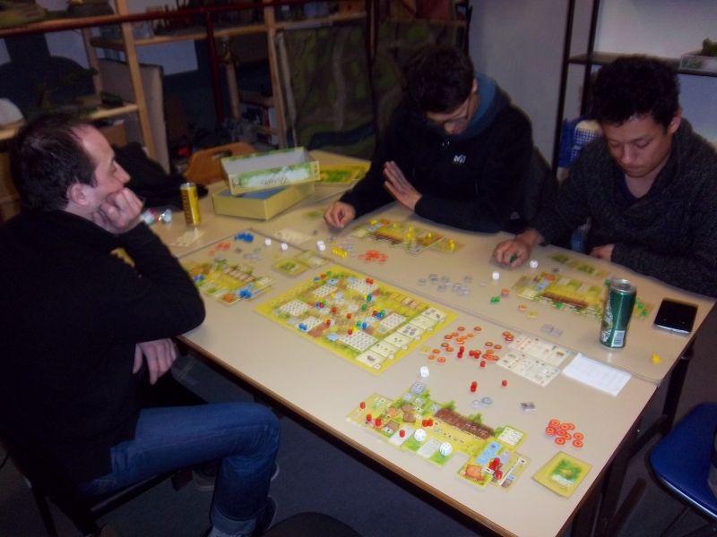 Mes trois adversaires, très studieux, réfléchissent à leurs développements...