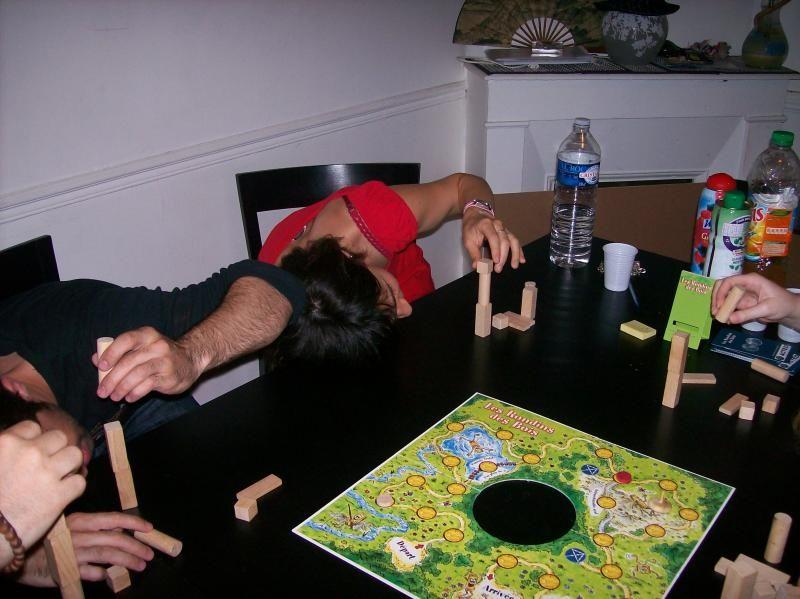 Ici par exemple, on doit juste réaliser la tour la plus haute..; oui mais en ayant la joue collée ? la table !