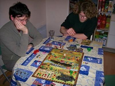 Adrien qui s'appr?te ? jouer pendant que Laurent réfléchie.