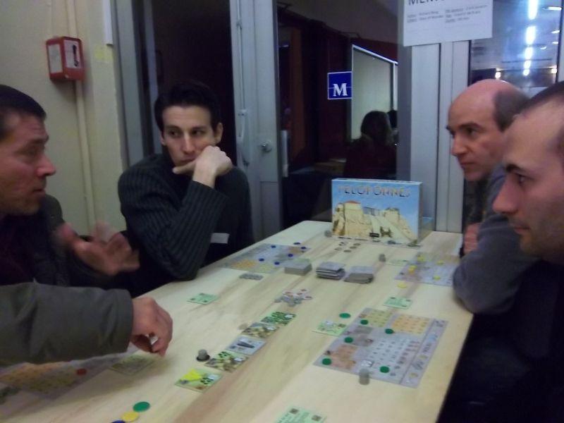 Mes adversaires pour cette partie de Peloponnese : A gauche, le monsieur qui a explqué le jeu pour le monsieur à ses cotés. Au fond, à droite,  on reconnaît monsieur Tyrion.