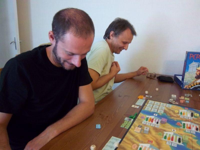 Monsieur Sébastien et monsieur Pierre s'affrontent dans une bataille : les dés roulent, c'est tendu mais on rigole...
