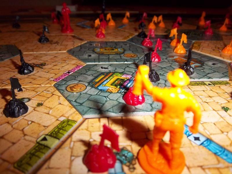 Dame Christine soulève sa lanterne pour mieux admirer son parcours...des petits drapeaux oranges un peu partout.