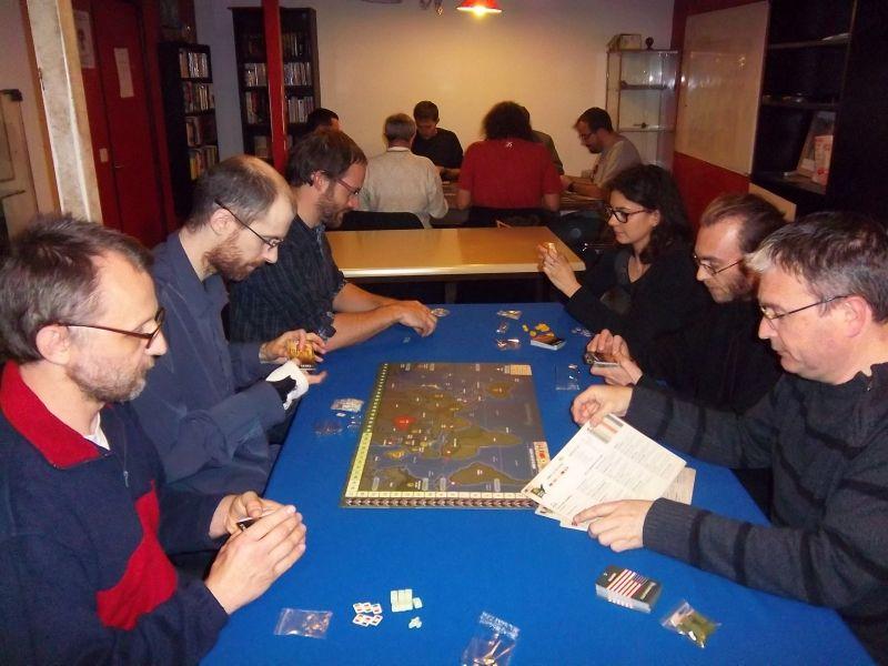 Deux tablées de 6 joueurs qui se préparent à jouer à Quartermaster Général... les alliés vont gagner les deux parties.
