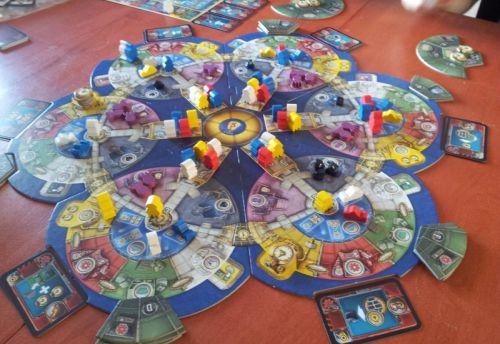 Le plateau en cours de partie avec plein de robots tout partout :)