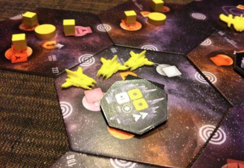 4. Nico lance la première bataille : le vaisseau ancien succombera à la première salve. Il faut dire que les vaisseaux de Nico sont déjà bien amélioré avec leur canon à plasma