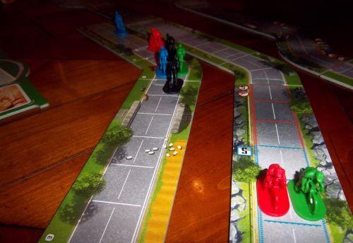 L'arrivée (pathétique) de la dernière partie : le rouge au fond a déjà joué et il restera devant la ligne d'arrivée. Le bleu a déjà gagné...