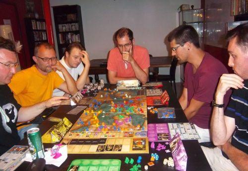 Mes adversaires, de g. à d. monsieur Cormyr, monsieur Pierre2.0, monsieur Fred qui ne jouait pas et faisait le banquier, monsieur Luc, Monsieur Julien et monsieur Kapitch