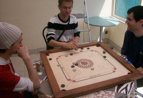 La table du salon n'étant pas pratique pour 4 joueurs, nous nous déplaçons vers celle de la veranda...