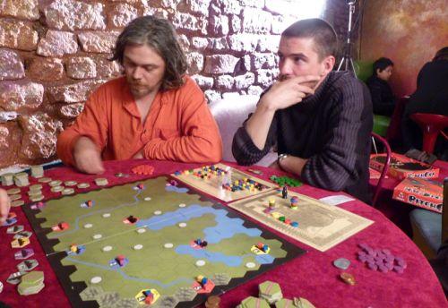 Ethane (soudeurbatteur) et Sébastien (slong) attentifs aux explications de Cédric