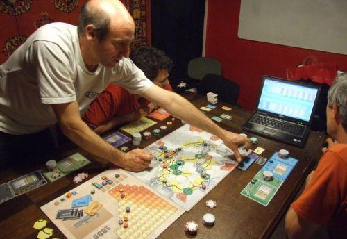 On range le jeu, pendant que monsieur Melias regarde l'évolution des courbes des gains sur l'ordi...Rhaa ! Cette fichue banqueroute !