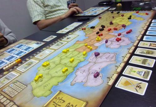 Le plateau après la mise en place...et les armées jaunes de Nico (trop) bien installées.