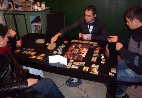 La partie est déjà bien entamée. Monsieur Lau avait apporté son jeu avec la bourse et les pièces en fer.