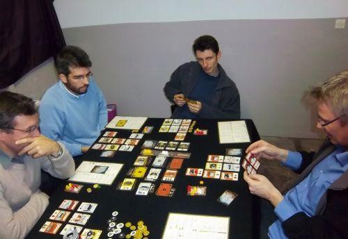 ...alors qu'à coté, la partie n'était pas encore terminée. Notez le sérieux des 4 protagonistes : Cormyr, Briac, Edouard et Thierry...